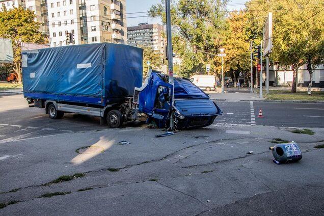У Дніпрі сталася ДТП з вантажівкою