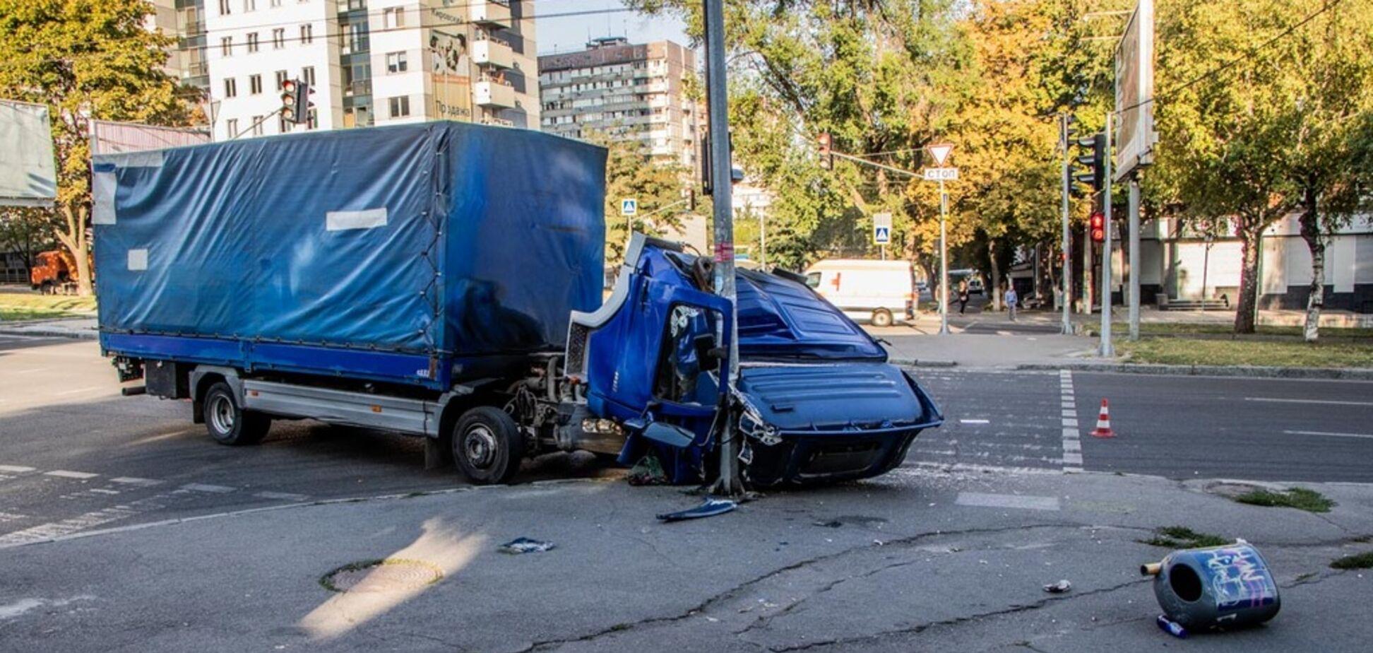 У Дніпрі у вантажівки на ходу відкрилася кабіна: фото і відео з місця ДТП