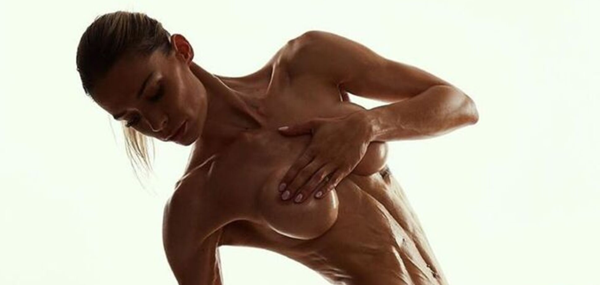 Популярна фітнес-модель знялася повністю голою і закликала всіх роздягатися