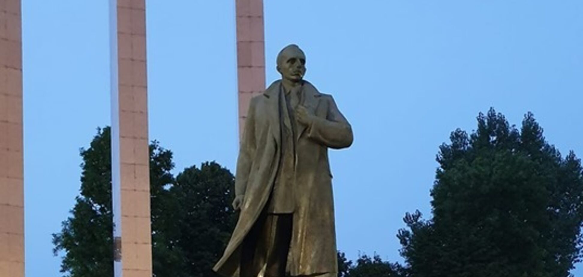 Во Львове поймали фаната СССР, испортившего памятник Бандере: фото и видео