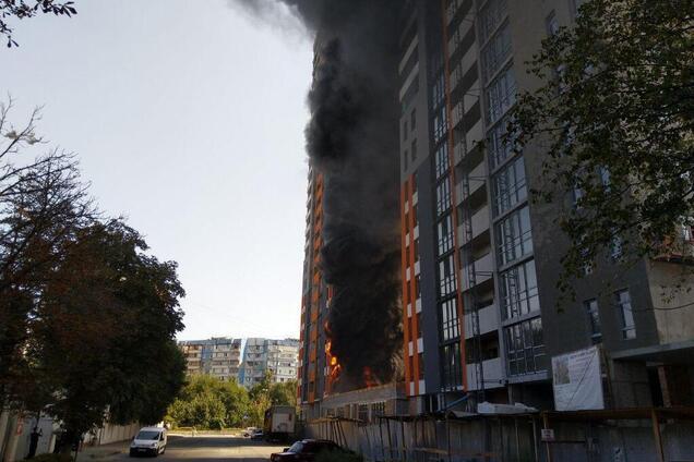 Примчали лікарі і рятувальники: у Києві в новобудові спалахнула масштабна пожежа