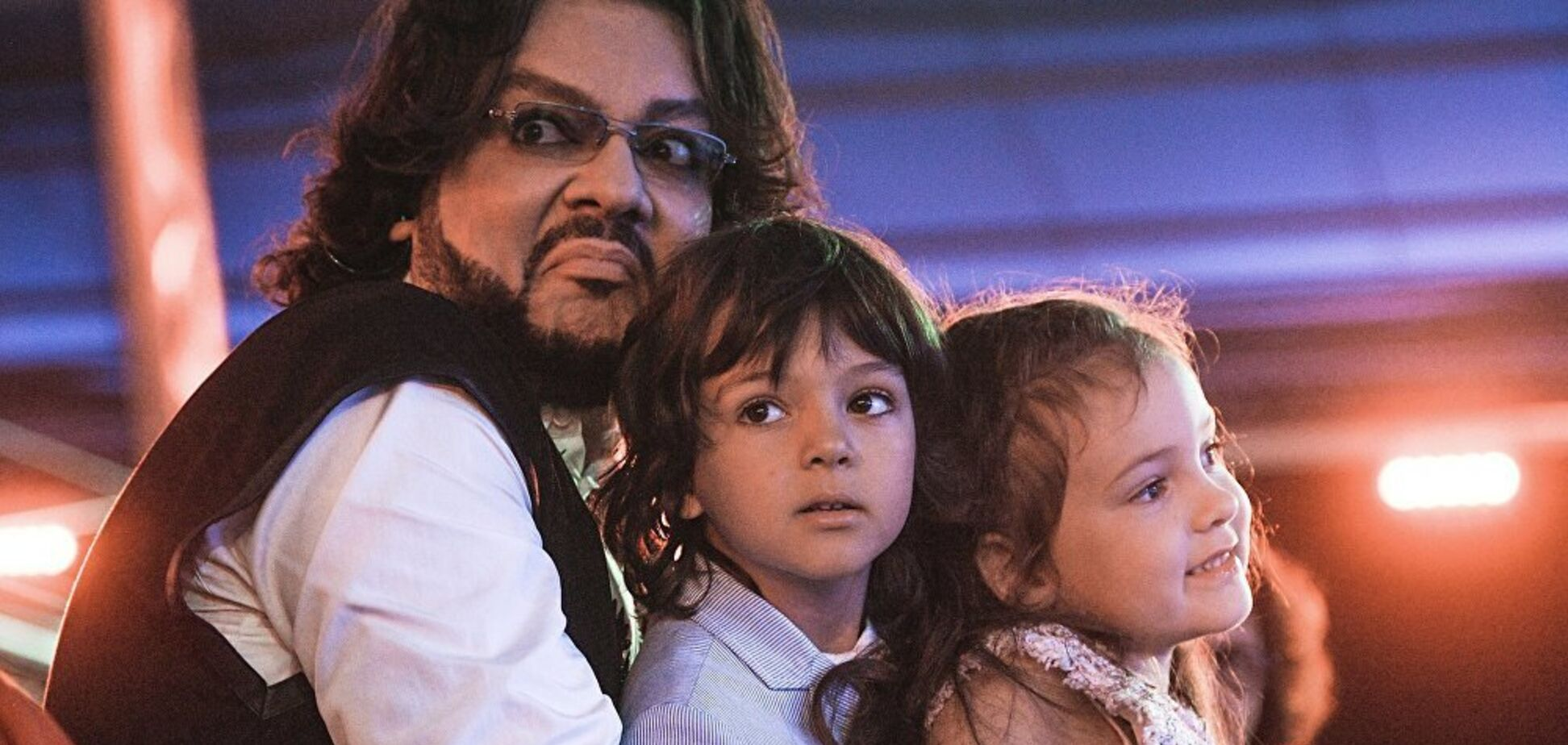Киркоров взял своих детей на вечеринку с полуголыми танцовщицами