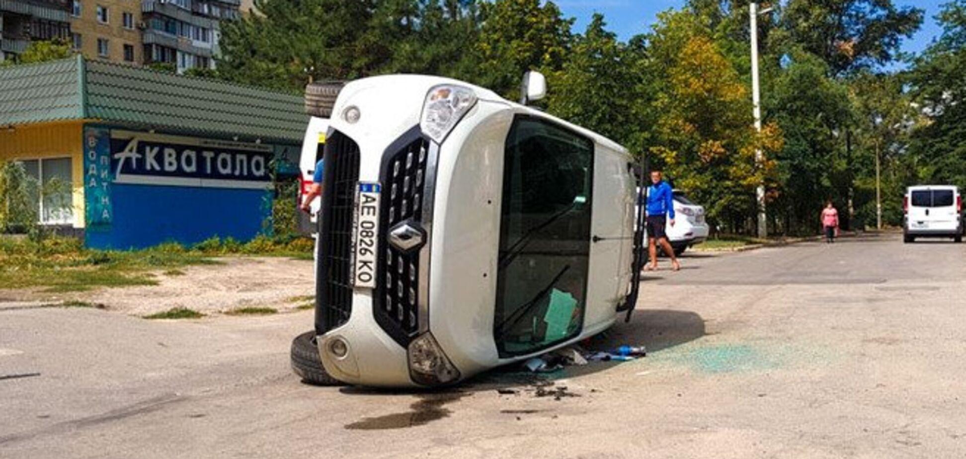 Машина перекинулася від удару: в Дніпрі сталася ДТП. З'явилося відео