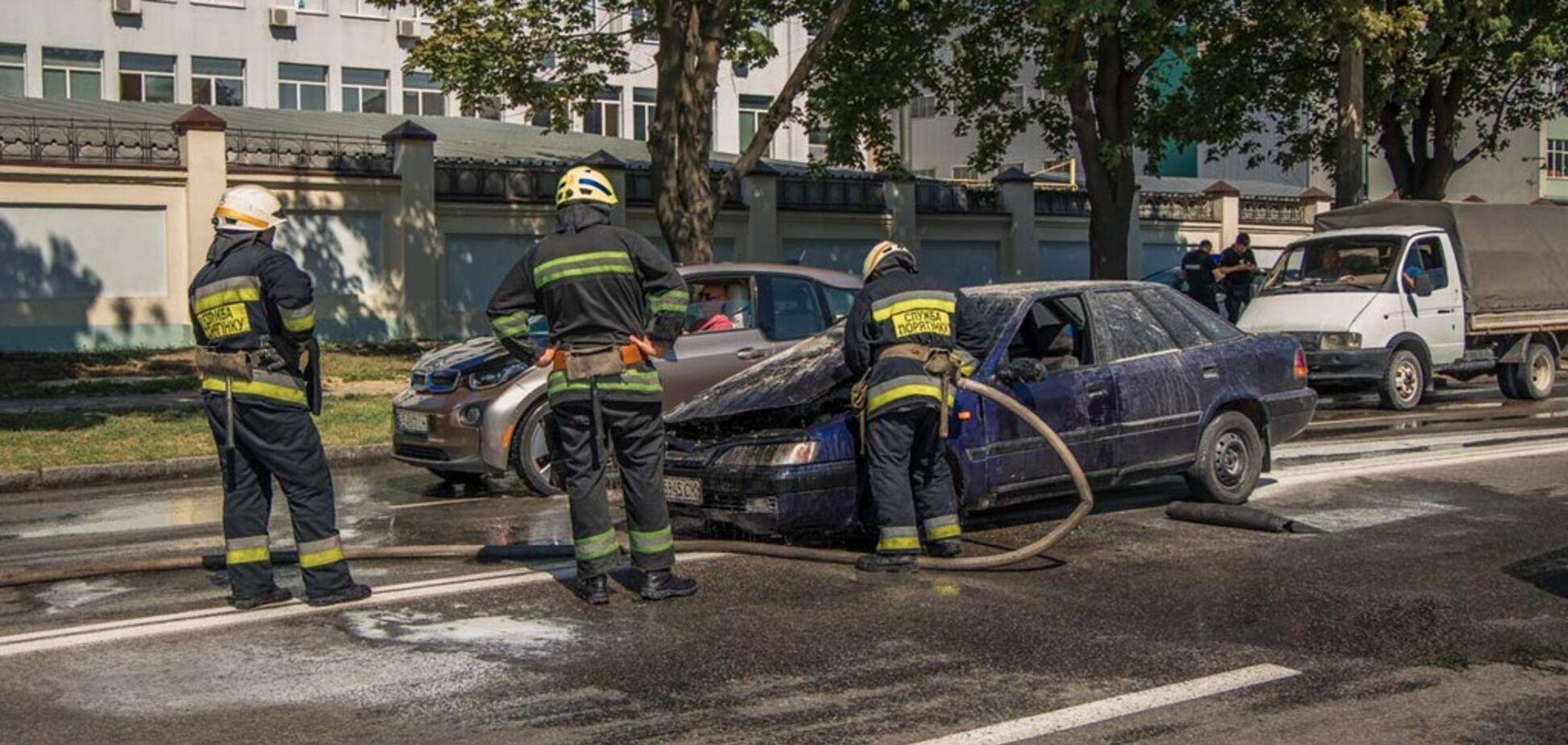 Поліцейські Дніпра зупинили палаючий автомобіль без водія