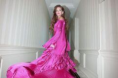 Молодая жена Комарова сверкнула грудью в прозрачном платье