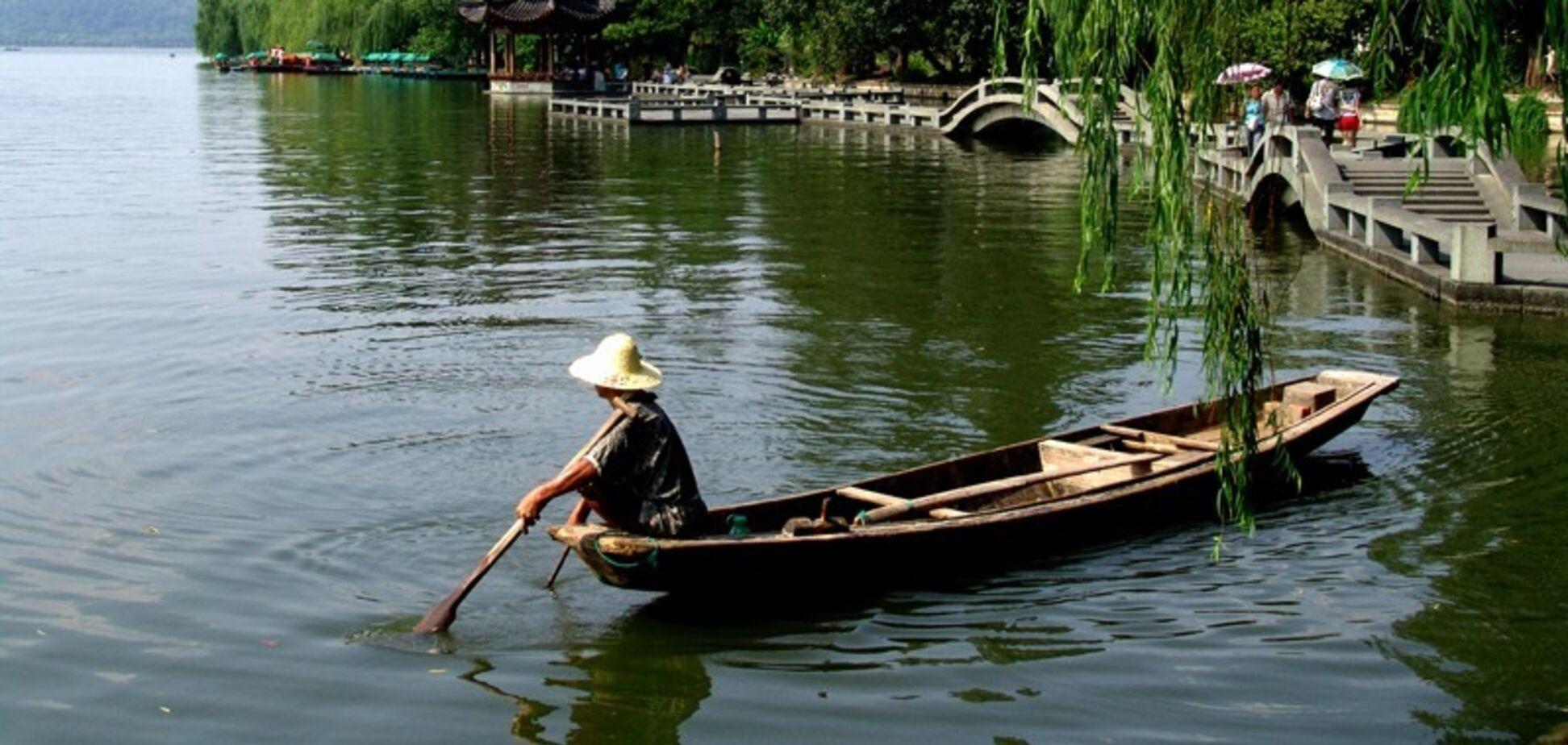 У Китаї над озером з'явилося місто-привид. Відео