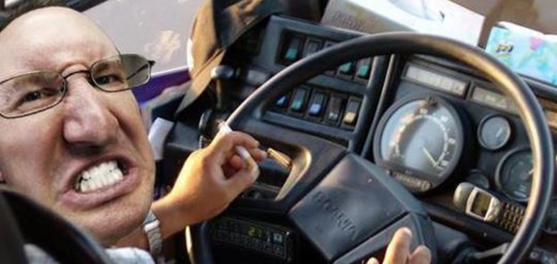 Ломилася назад і не давала їхати: під Дніпром п'яна пасажирка влаштувала скандал в автобусі. Відео