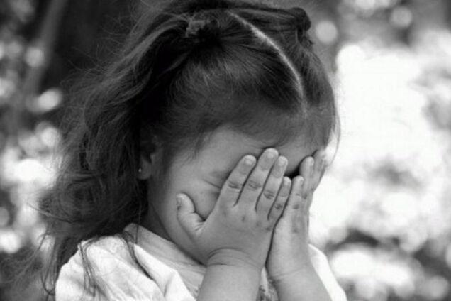 Дівчинка страждає від питущого батька