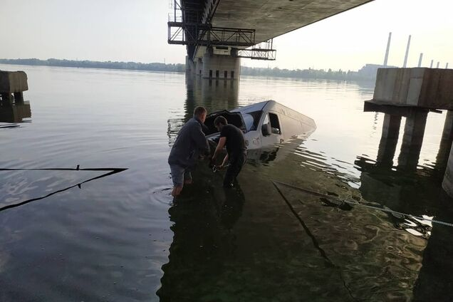 Мікроавтобус майже пішов під воду