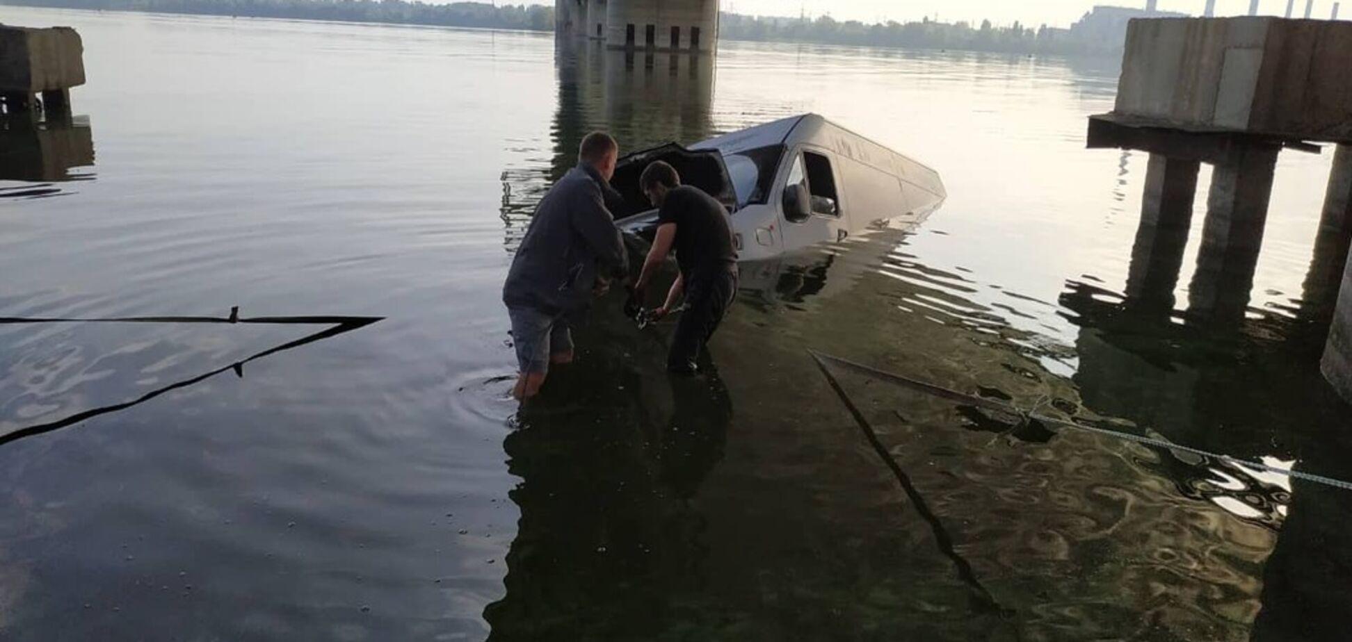 У Дніпрі авто скотилося в річку: довелося викликати рятувальників