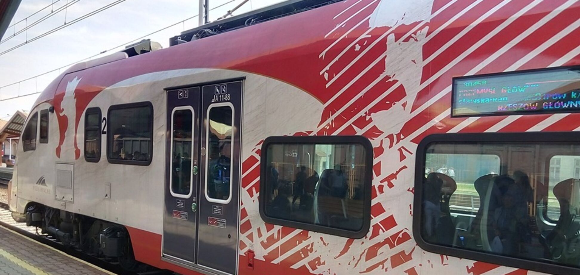 Чьи же Львов и Ривне? В Польше оскандалились с картой на поезде
