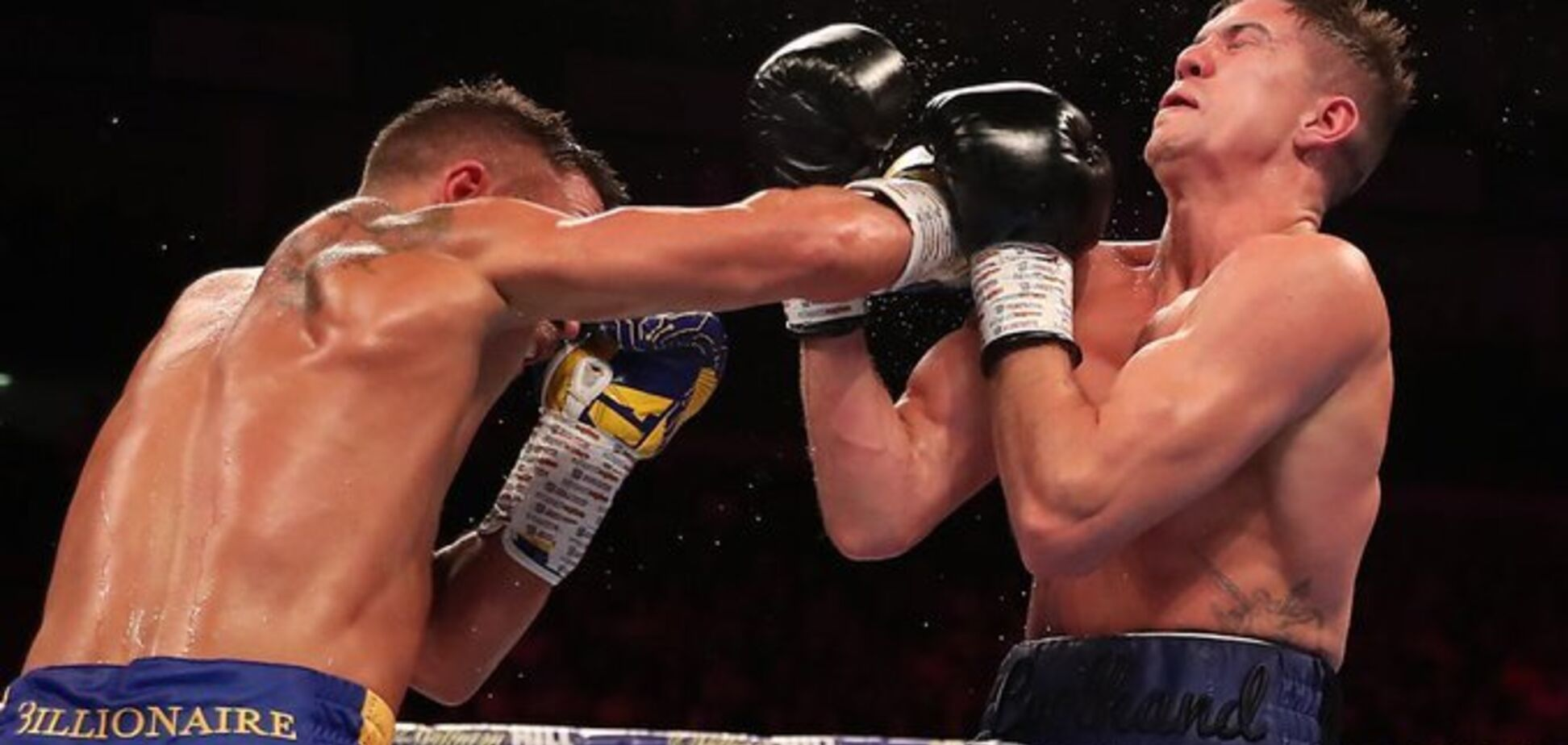 Ломаченко победил в ярком бою с нокдауном, завоевав третий чемпионский титул
