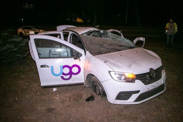 У Києві авто врізалося у стовп і перекинулося