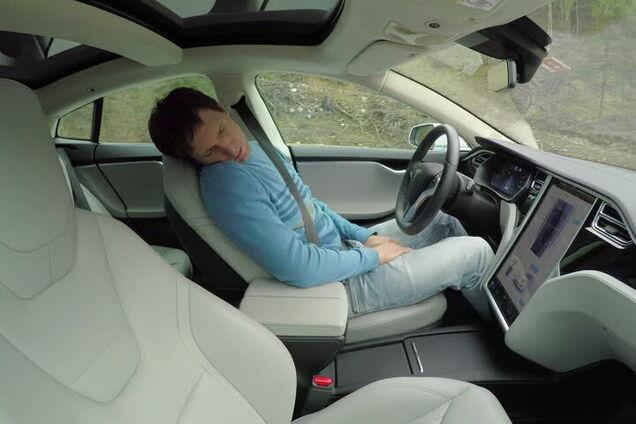 """Автопілот Tesla """"спіймали"""" на швидкості в потоці машин"""