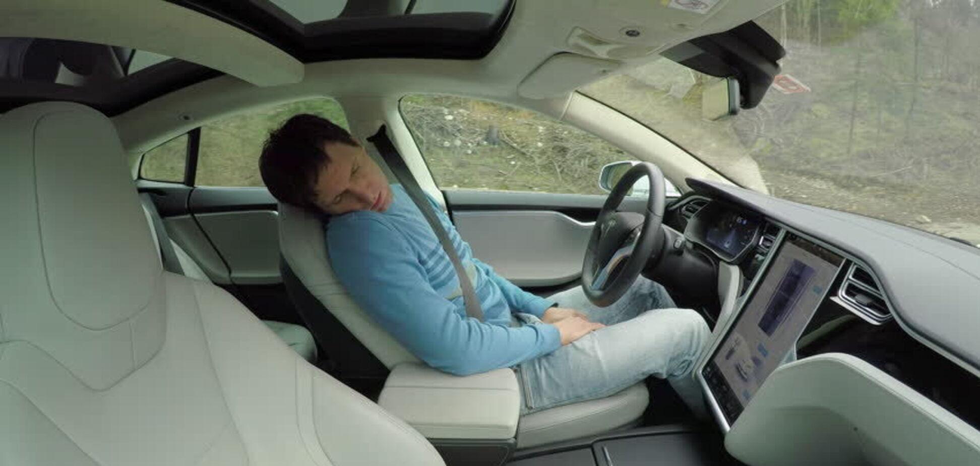 На швидкості в потік машин: з автопілотом Tesla стався новий конфуз