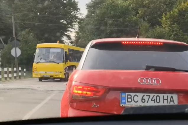 На Львівщині автобус із дітьми ледь не влетів у потяг