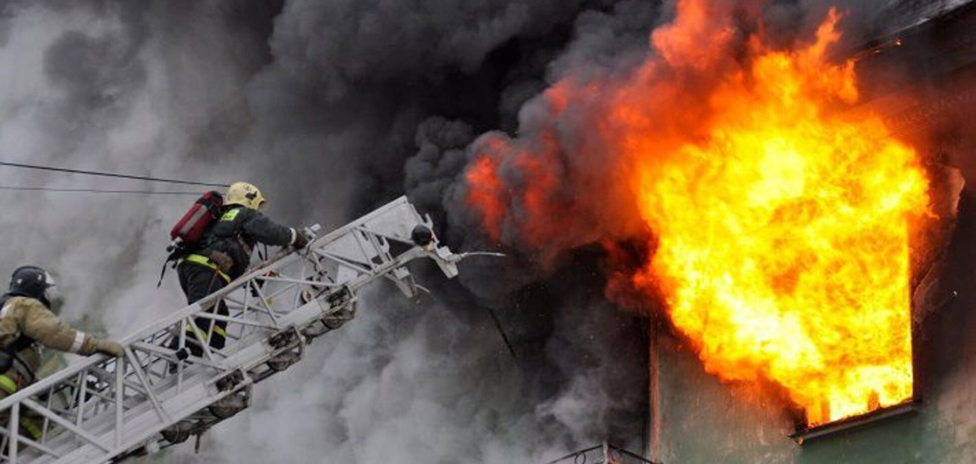 Під Дніпром горіла багатоповерхівка: врятований чоловік помер по дорозі в лікарню