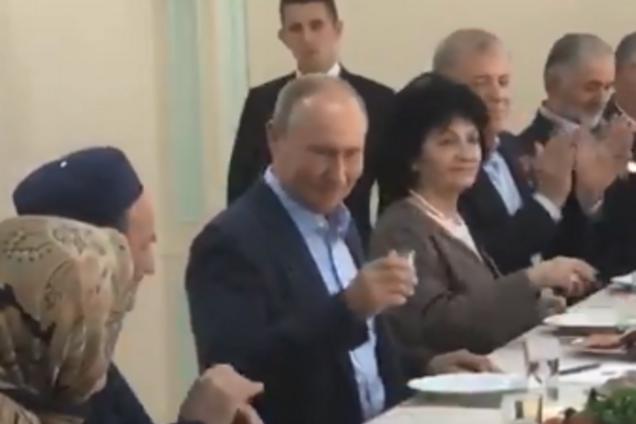 Президент России Владимир Путин выпил водку