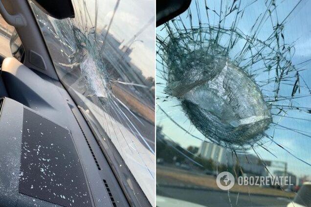У Києві частина мосту обвалилася на авто