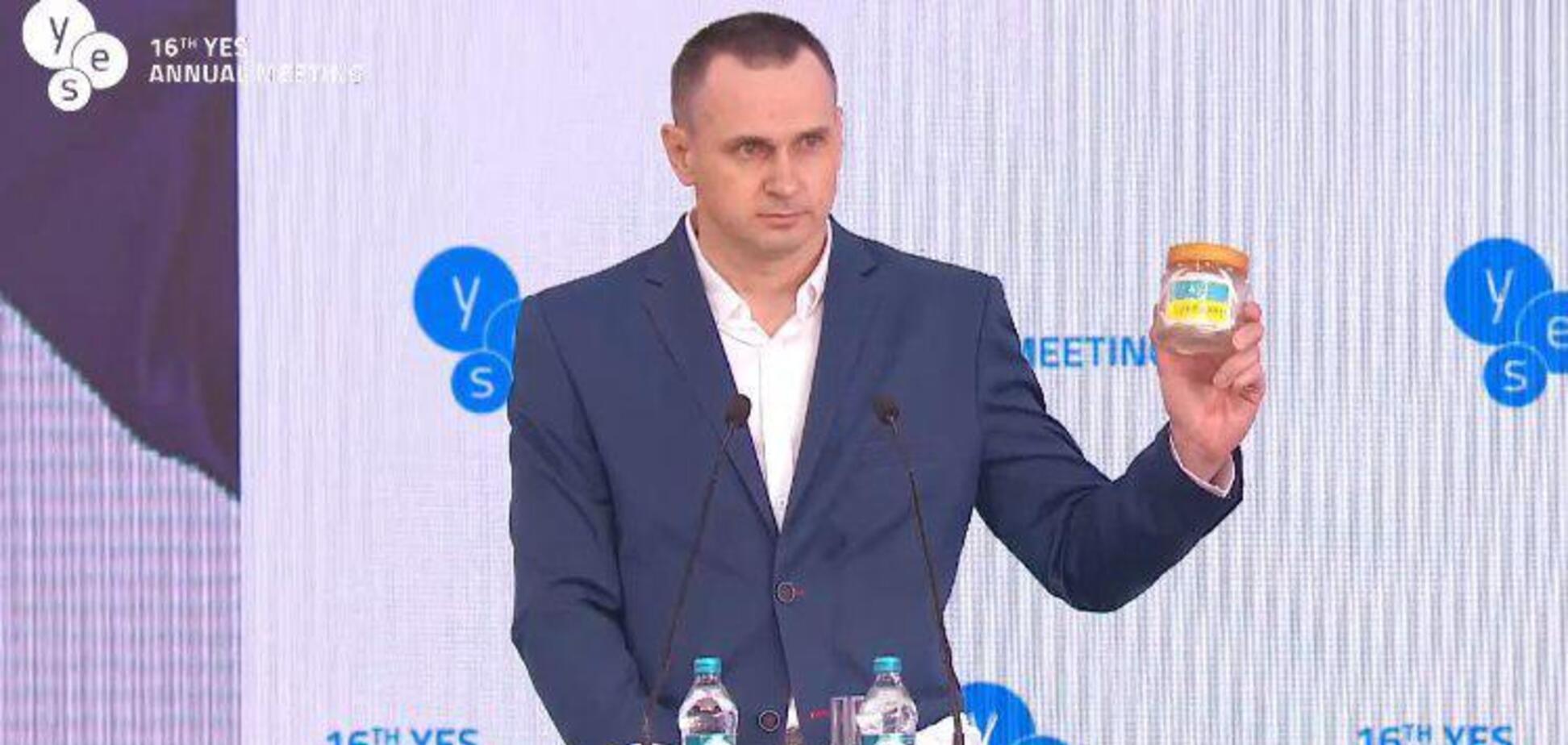 'Чужой среди своих': в сеть попало показательное фото с Сенцовым