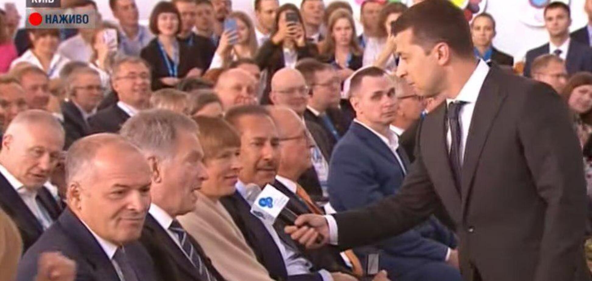 Пошел в зал с микрофоном: Зеленский удивил странным выступлением на форуме YES