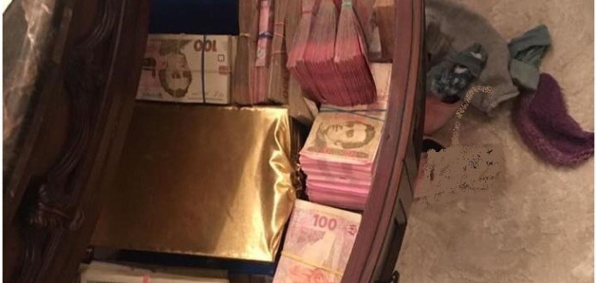 Ховав по ящиках: в кабінеті голови правління 'Черкасигаз' знайшли велику суму грошей