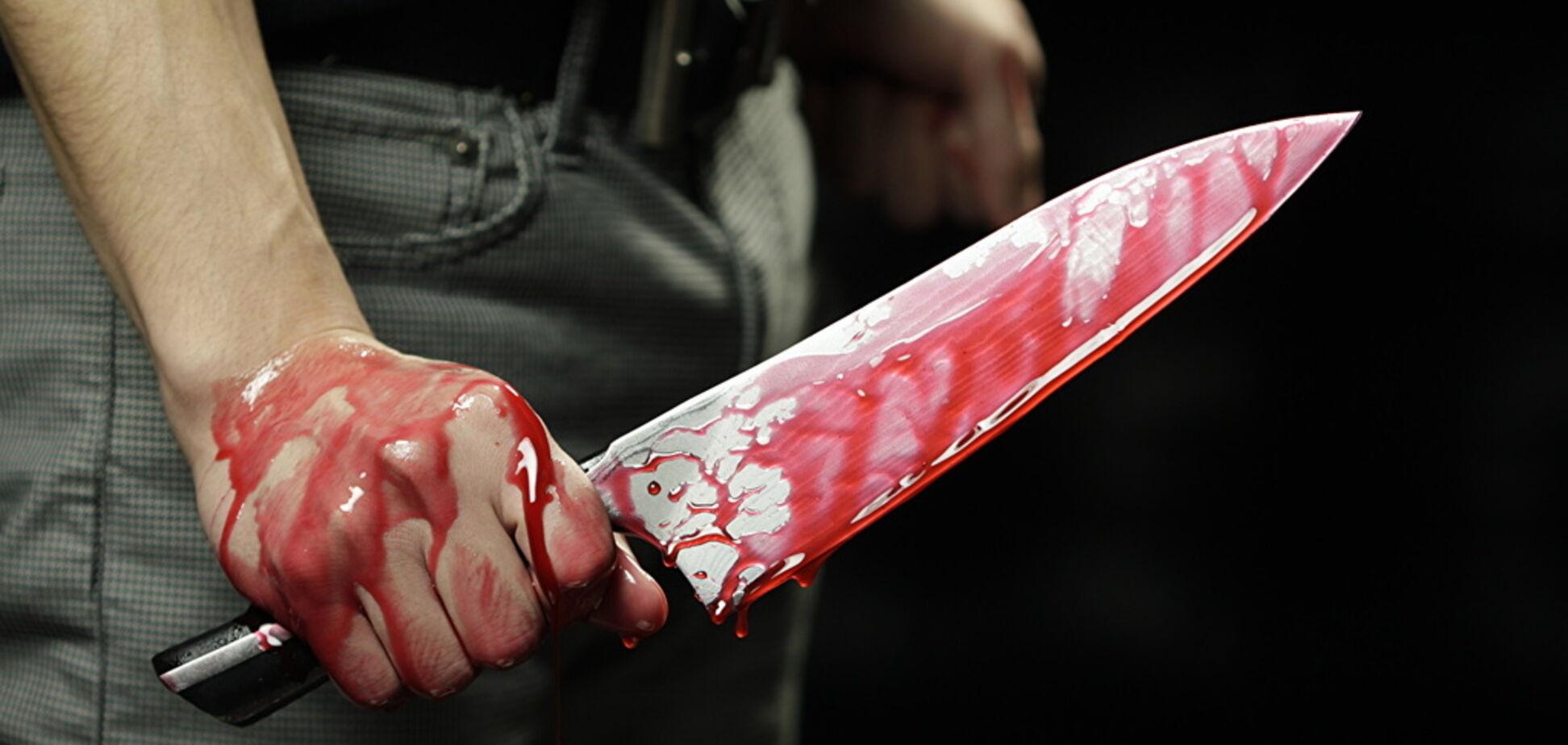 Калюжі крові: в центрі Дніпра чоловіка порізали ножем. Фото 18+