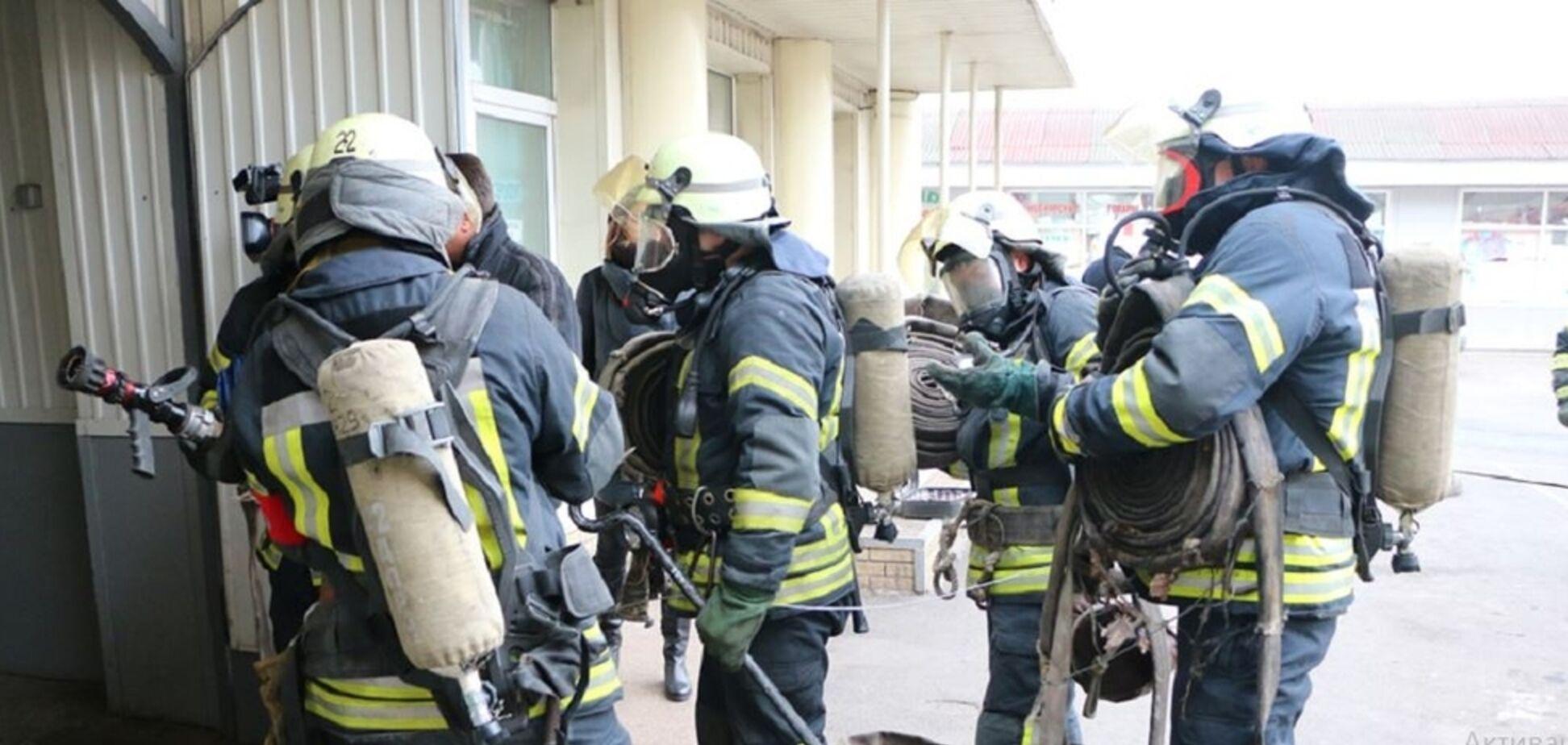 У Києві під час пожежі обстріляли рятувальників: перші подробиці