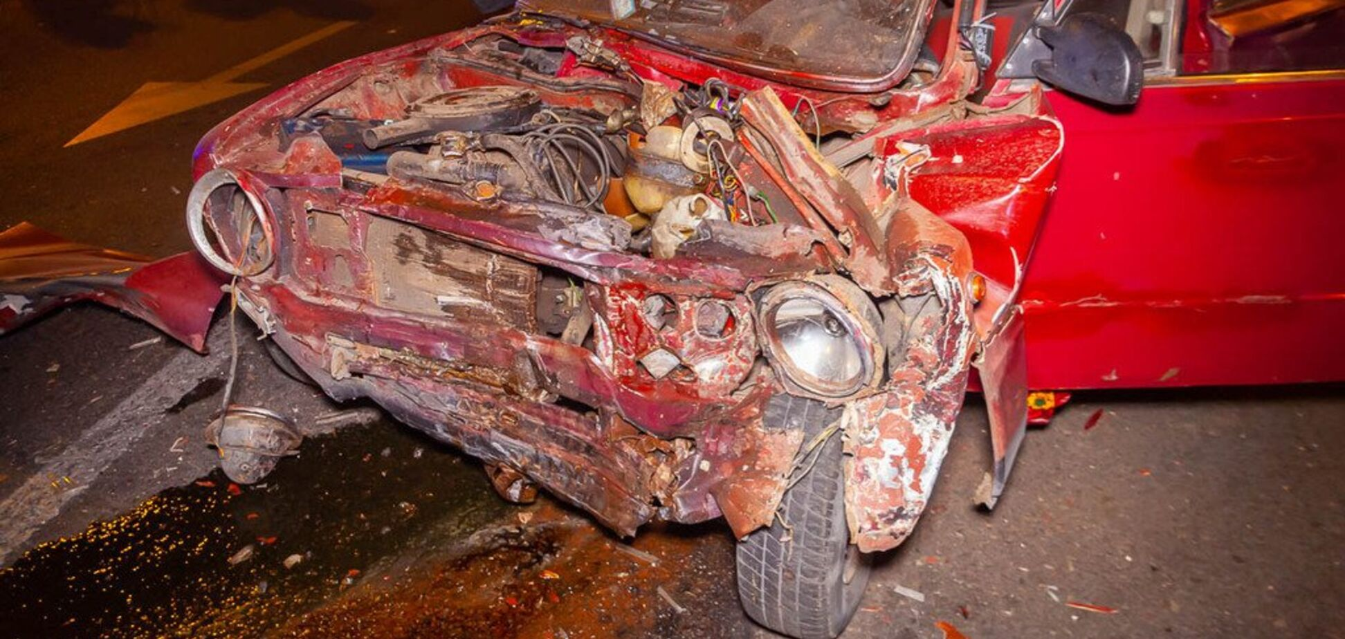 Уламки розлетілися по всій дорозі: в Дніпрі сталася страшна ДТП