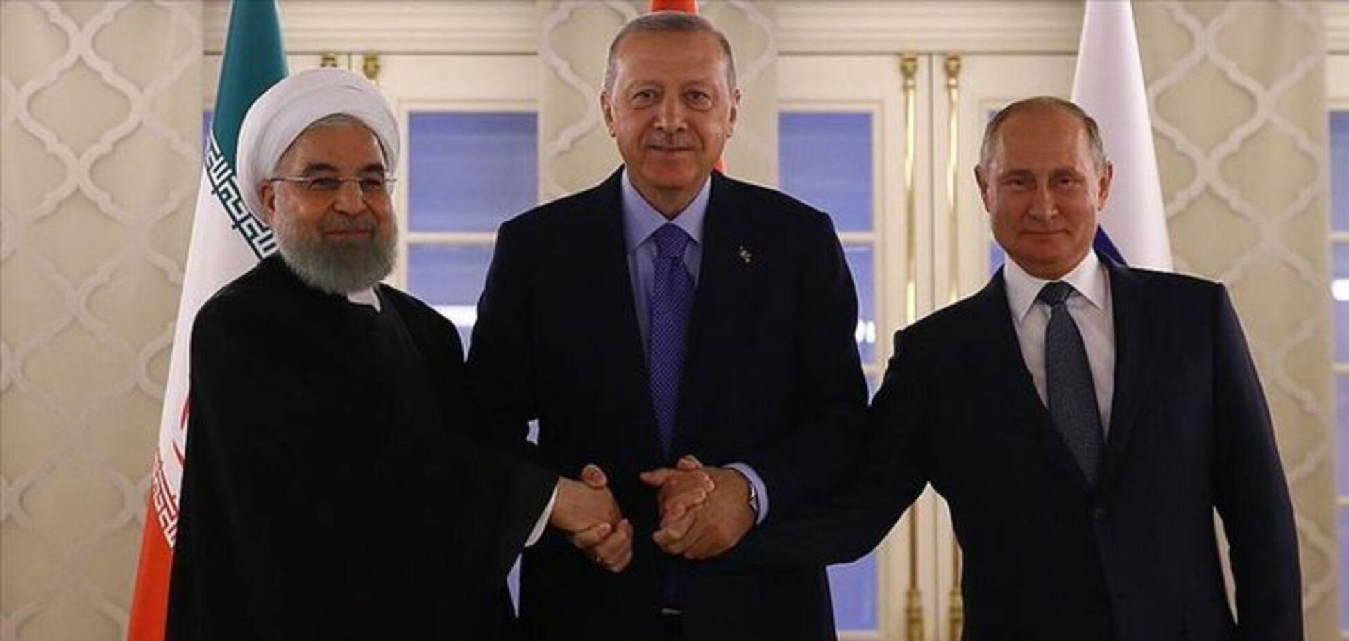 Запутался в проводах и забыл речь: появились видео конфузов Путина на встрече с Эрдоганом