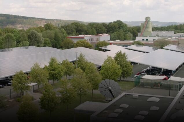 Инфраструктура фабрики, покрытая солнечными панелями