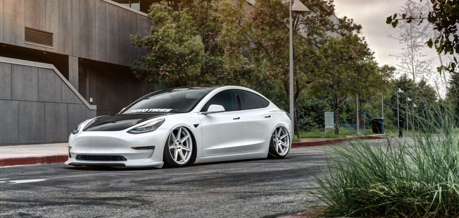 'Шлифует асфальт': электромобиль Tesla радикально переделали в спорткар
