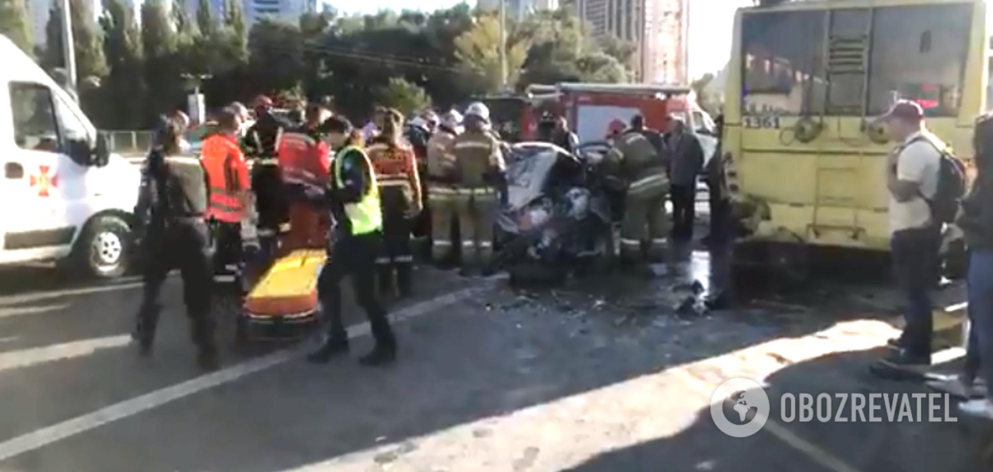 Влетів у тролейбус і загорівся: у Києві трапилася кривава ДТП