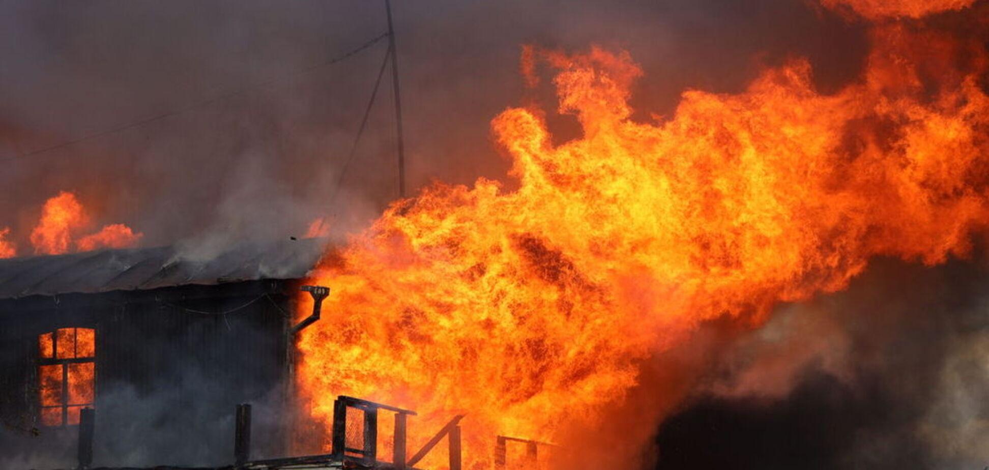 У Дніпрі спалахнула масштабна пожежа на набережній