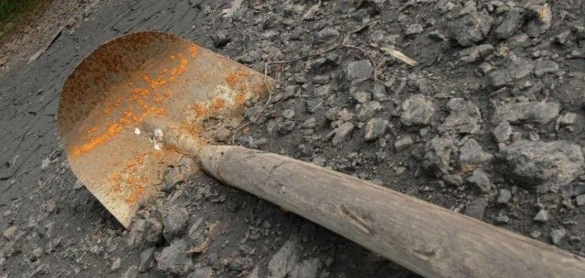 На Донбасі діти побили пенсіонера лопатою: шокуюче відео. 18+