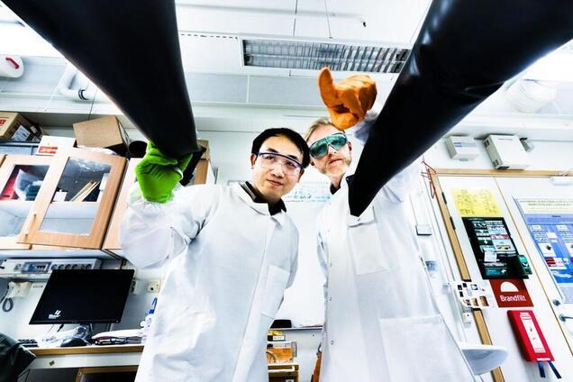 Вумінг Ван і Йонас Бергквіст, дослідники лабораторії сонячних елементів