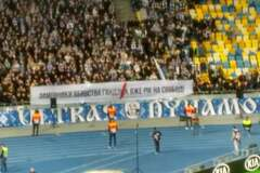 На матчі Ліги Європи до Зеленського звернулися банером про вбивство - фотофакт