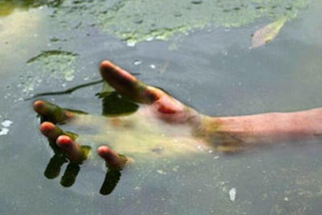 В канале недалеко от школы №134 нашли мертвого мужчину (иллюстрация)