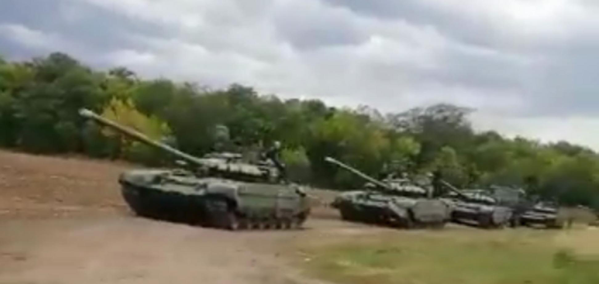 Путин идет в наступление? На границе с Украиной засекли колонну танков России