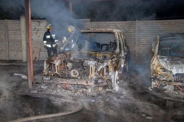 У Дніпрі згоріли автомобілі на стоянці