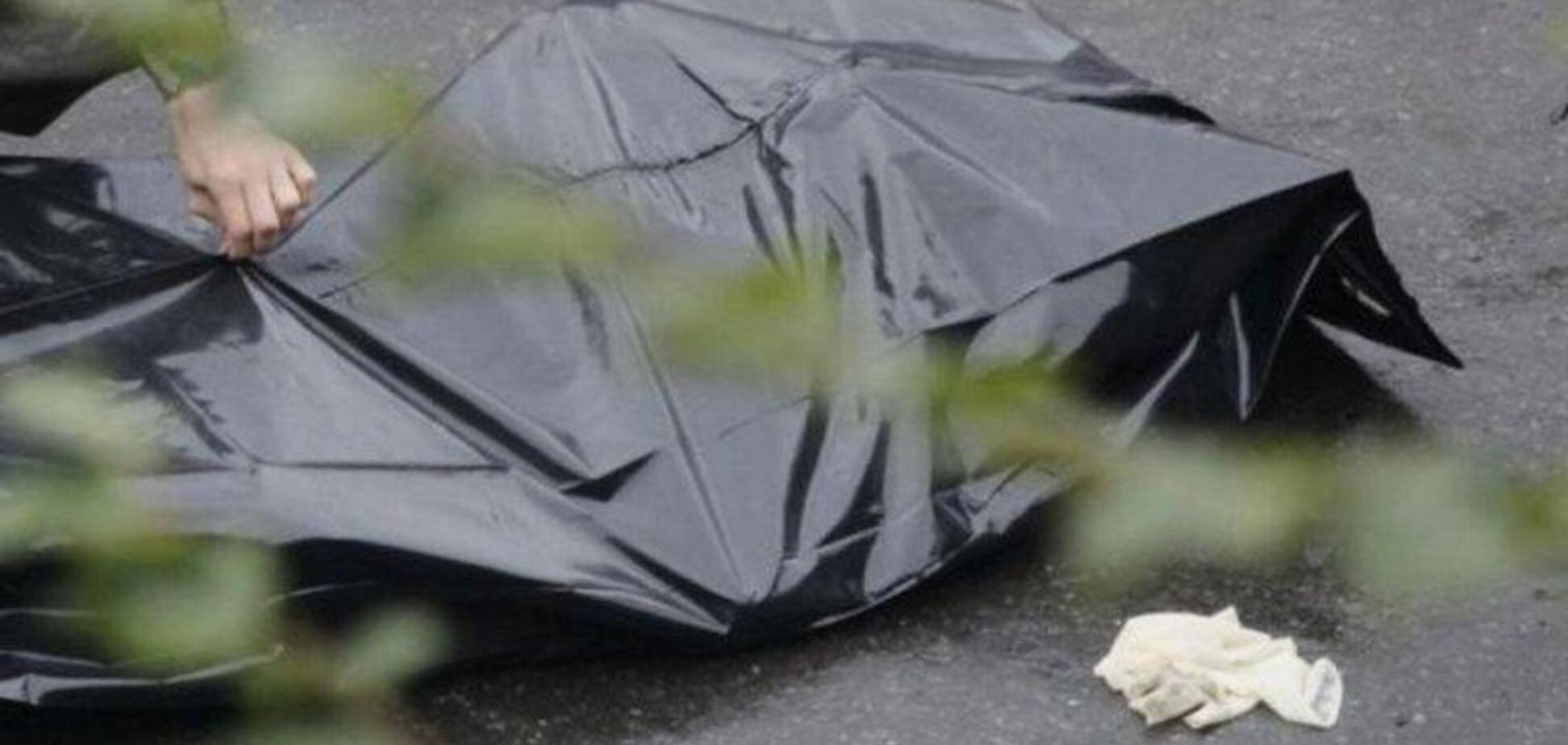 Весь у крові: в Дніпрі біля заводу знайшли мертвого чоловіка. Фото 18+