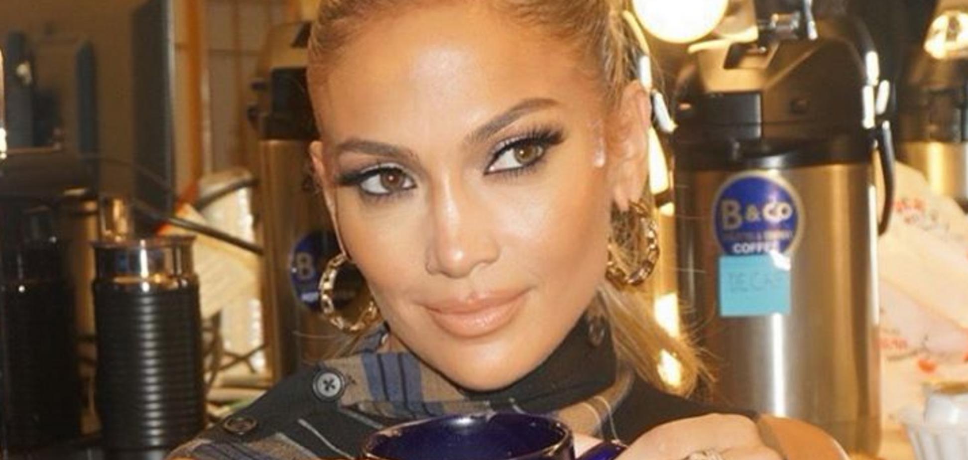 Декольте до пупка: 50-летняя Лопес произвела фурор на показе Versace