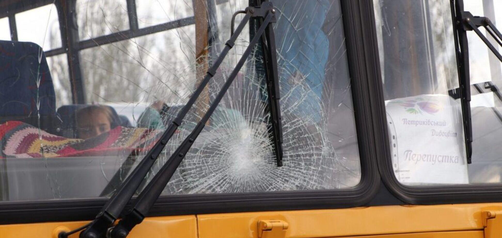 У Дніпрі шкільний автобус переїхав чоловіка: відео з місця аварії