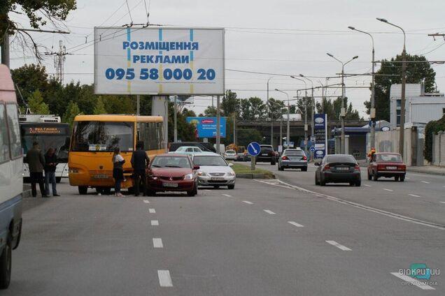 Біля Кайдацького мосту водій легкового авто врізався в маршрутку
