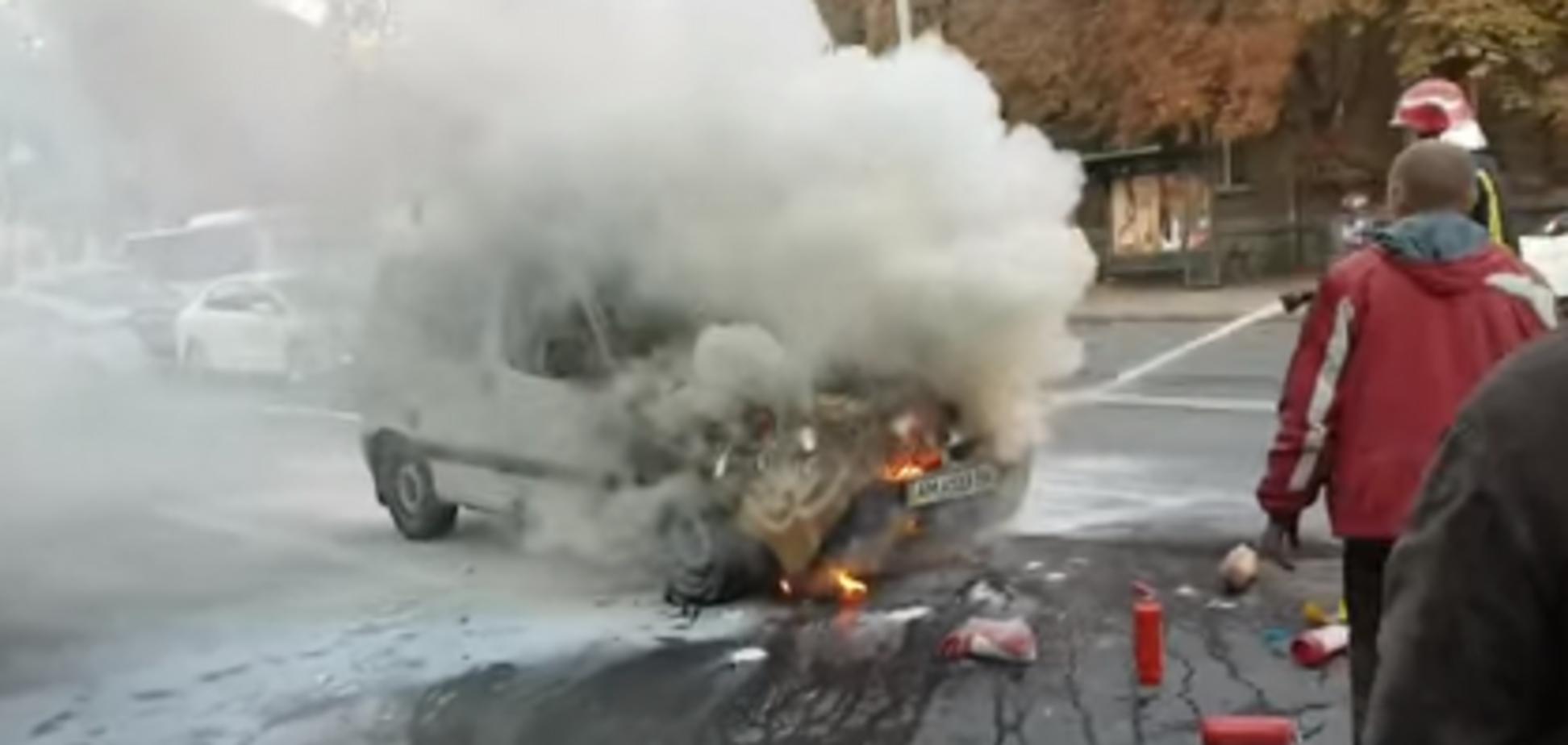 У Києві посеред дороги спалахнув автомобіль