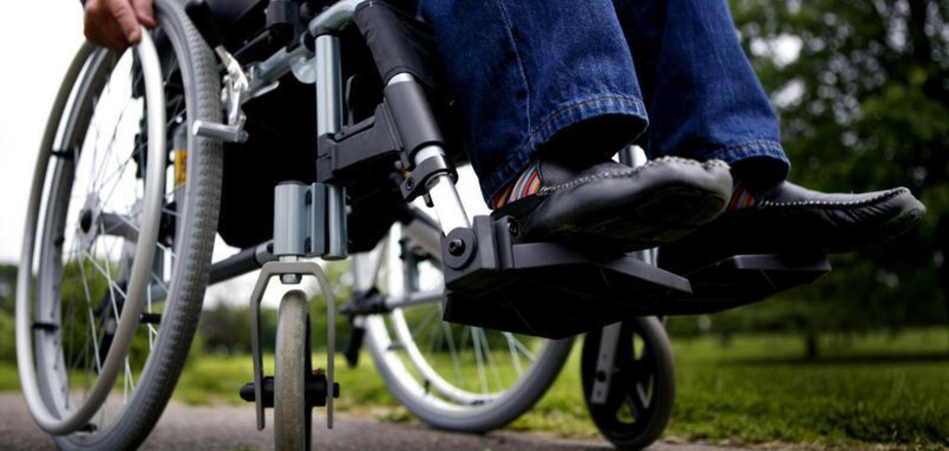 Вигнали з криками: в Дніпрі чоловіку в колясці відмовили в проїзді
