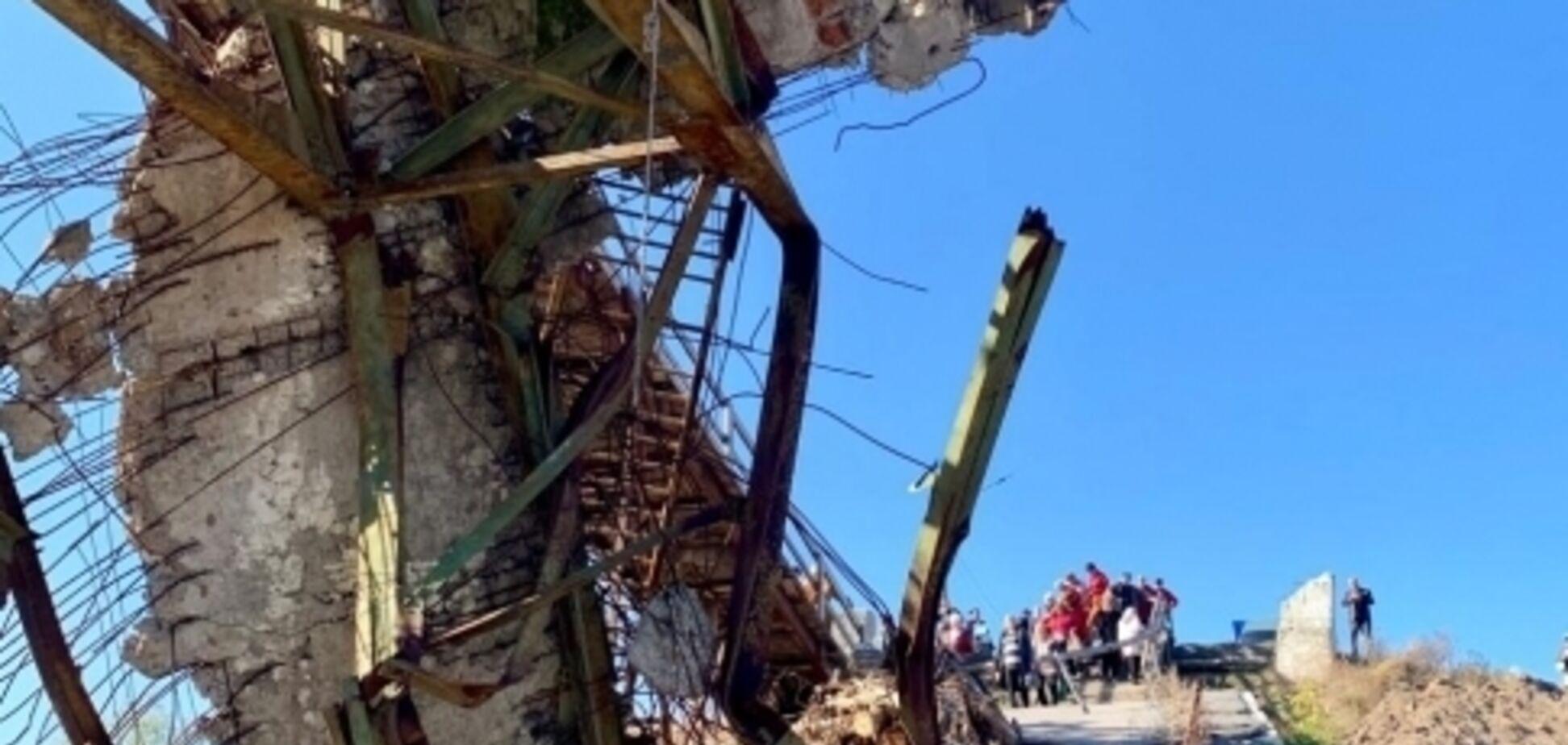 'Рискуют жизнью и здоровьем': появились фото нового моста у Станицы Луганской