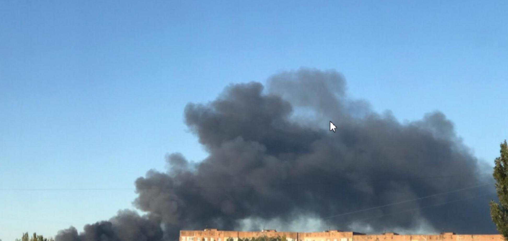 Дим стовпом, летять осколки: у Донецьку спалахнув склад боєприпасів терористів. Фото і відео