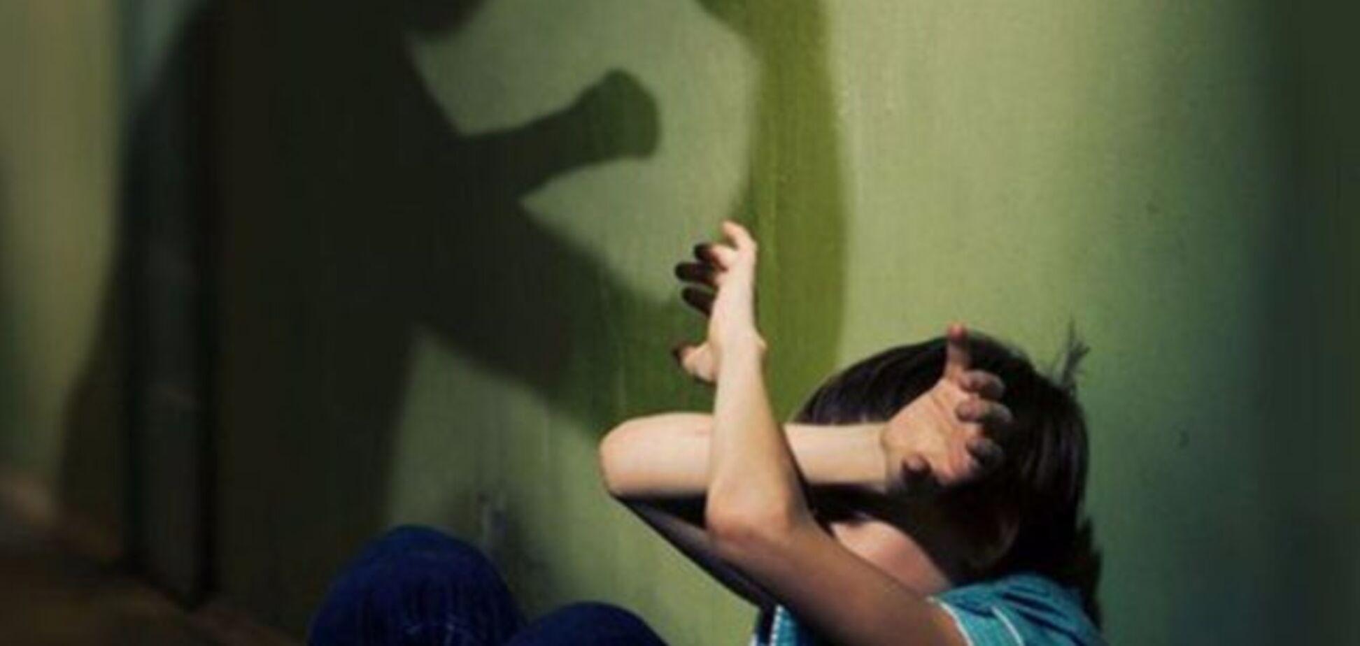 Росіянка жорстоко побила сина через домашнє завдання