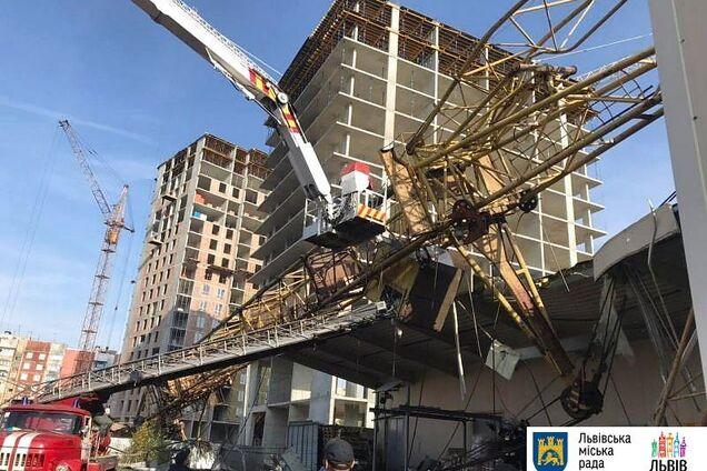 У Львові будівельний кран упав на супермаркет